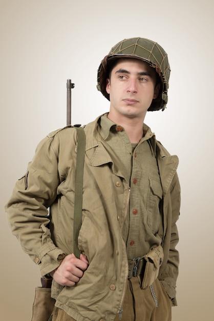 Portrait des jungen amerikanischen soldaten, ww2 Premium Fotos