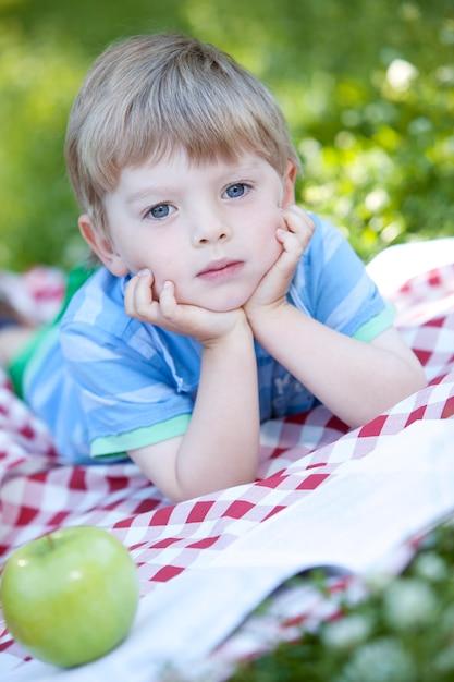 Portrait des netten kleinen jungen Kostenlose Fotos