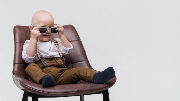 Portrait des netten schätzchens mit sonnenbrillen Kostenlose Fotos