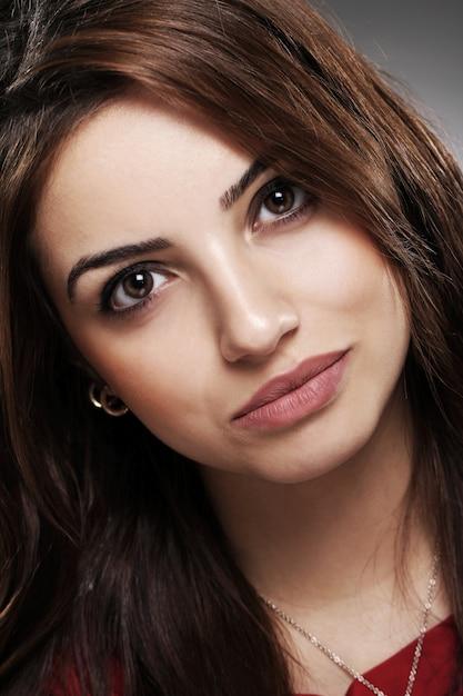 Portrait des schönen brunette mit dem langen haar Kostenlose Fotos