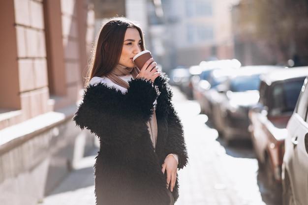 Portrait des trinkenden kaffees der frau Kostenlose Fotos