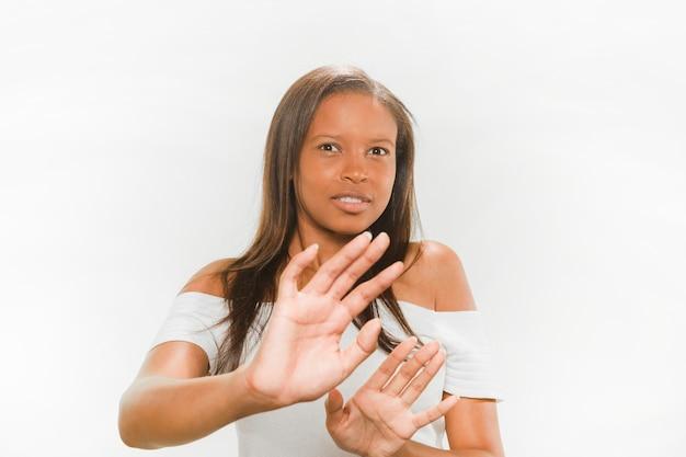 Portrait einer afrikanischen jugendlichen, die sich verteidigt Kostenlose Fotos