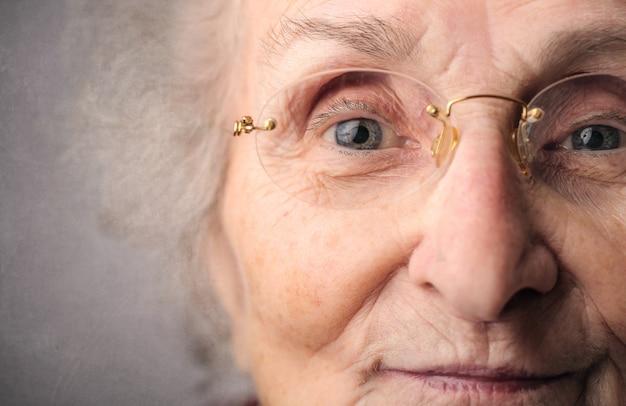 Portrait einer alten dame Premium Fotos