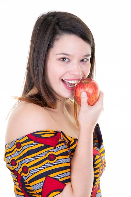 Portrait einer freundlichen jungen frau, die roten apfel isst Premium Fotos