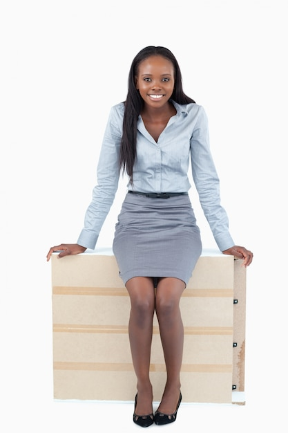 Portrait einer geschäftsfrau, die auf einer platte sitzt Premium Fotos