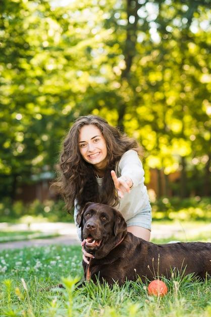 Portrait einer glücklichen frau, die spaß mit ihrem hund