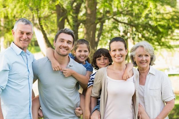 Portrait einer glücklichen großfamilie im park Premium Fotos