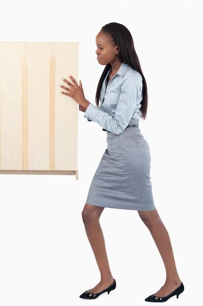 Portrait einer jungen geschäftsfrau, die eine platte drückt Premium Fotos