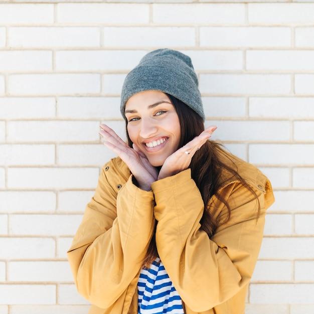 Portrait einer lächelnden schönen frau Kostenlose Fotos