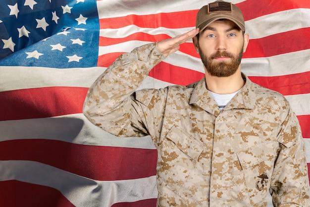 Portrait einer männlichen soldatbegrüßung Premium Fotos
