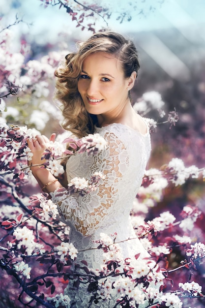 Portrait einer schönen frau in einem blühenden garten Premium Fotos