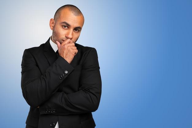 Portrait eines durchdachten jungen geschäftsmannes Premium Fotos