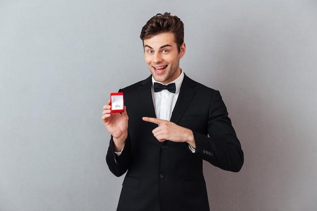 Portrait eines freundlichen glücklichen mannes kleidete im smoking an Kostenlose Fotos