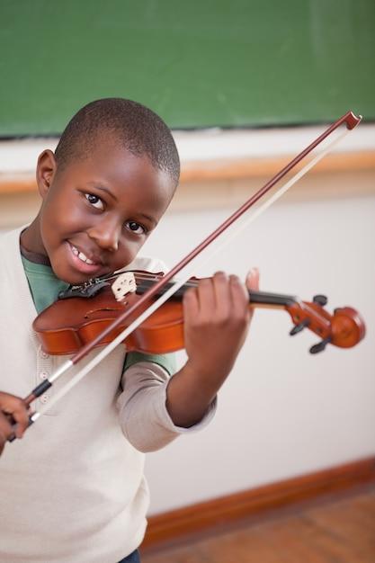 Portrait eines jungen, der die violine spielt Premium Fotos