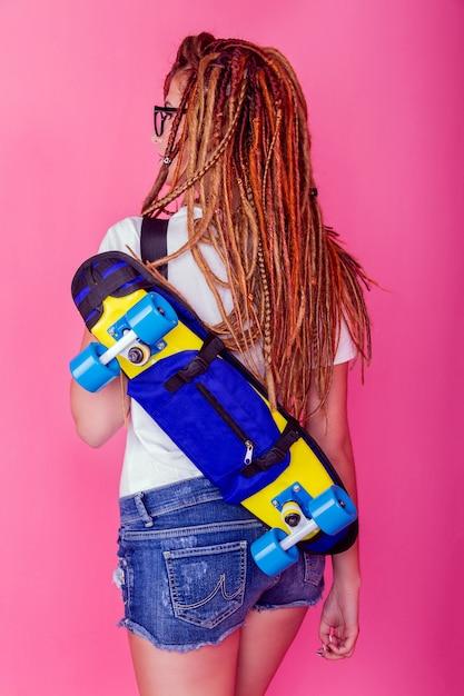 Portrait eines jungen mädchens mit skateboard Premium Fotos