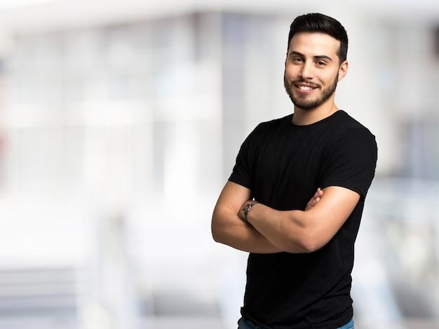 Portrait eines jungen mannes gegen einen hellen hintergrund Premium Fotos