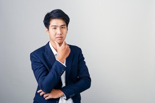 Portrait eines jungen stattlichen geschäftsmannes Premium Fotos