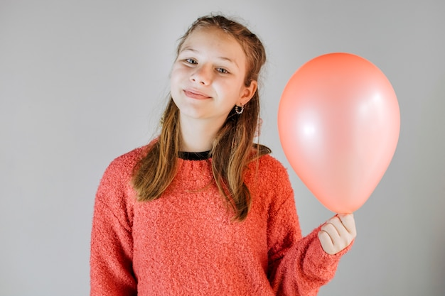 Portrait eines lächelnden mädchens, das ballon anhält Kostenlose Fotos