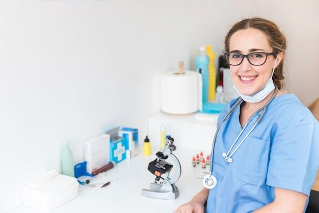 Portrait eines lächelnden weiblichen doktors in einem labor Kostenlose Fotos