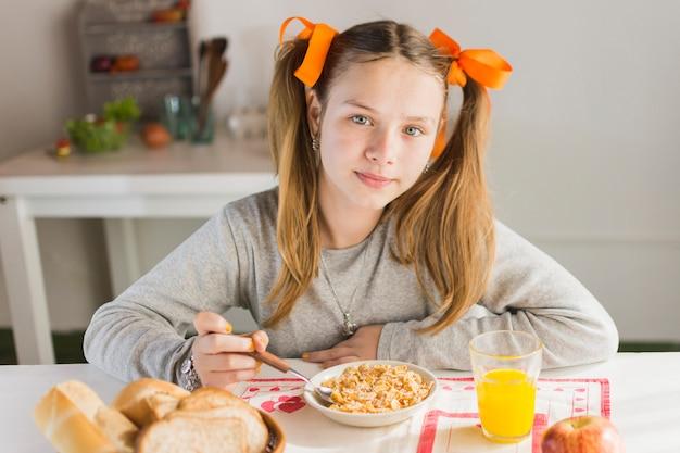 Portrait eines mädchens, das gesundes frühstück isst Kostenlose Fotos