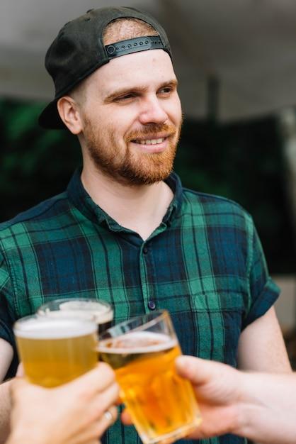 Portrait eines mannes, der bier mit seinen freunden genießt Kostenlose Fotos