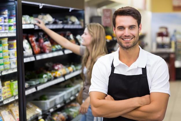 Portrait eines stattlichen verkäufers mit dem arm gekreuzt Premium Fotos