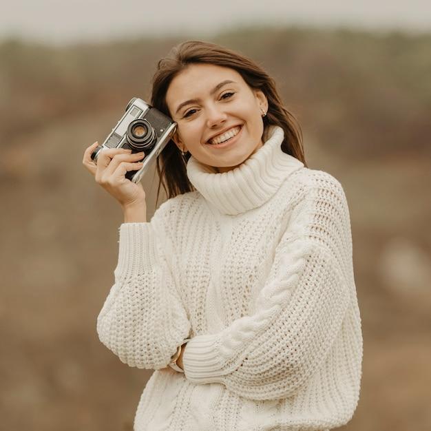 Portrait schöne frau auf winterreise Kostenlose Fotos