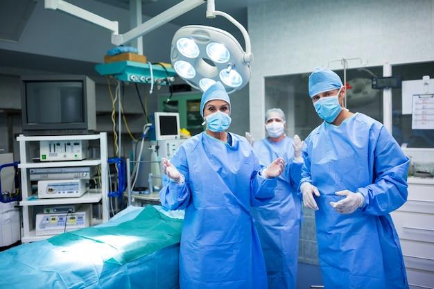 Portrait von Chirurgen für den Betrieb im Operationsraum der Vorbereitung Kostenlose Fotos