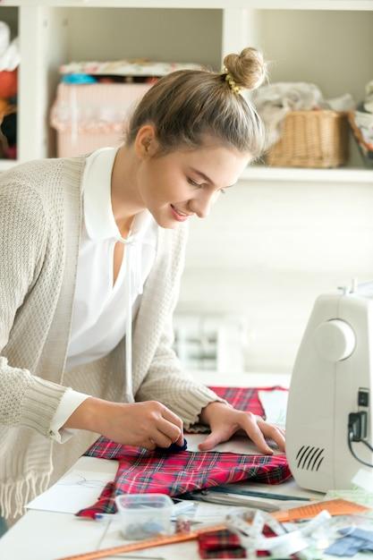 Porträt einer jungen Frau arbeitet mit einem Nähmuster | Download ...