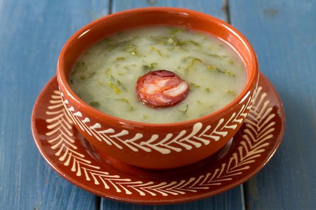 Portugiesisches suppe caldo verde im keramischen teller Premium Fotos