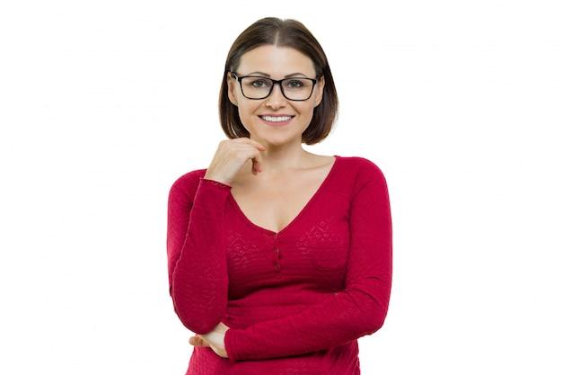 Positive frau von mittlerem alter, die mit den händen auf weiß aufwirft Premium Fotos
