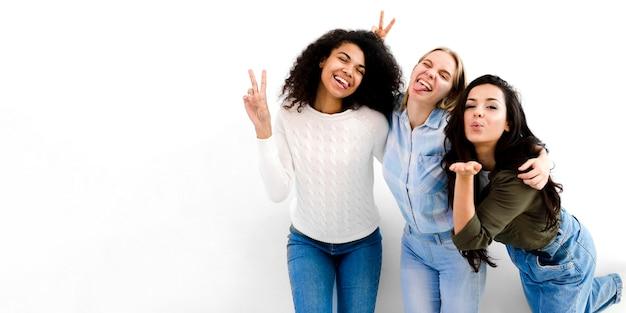 Positive junge frauen glücklich zusammen Kostenlose Fotos