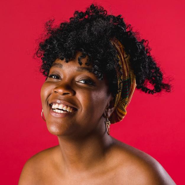 Positive nackte schwarze junge frau im studio Kostenlose Fotos
