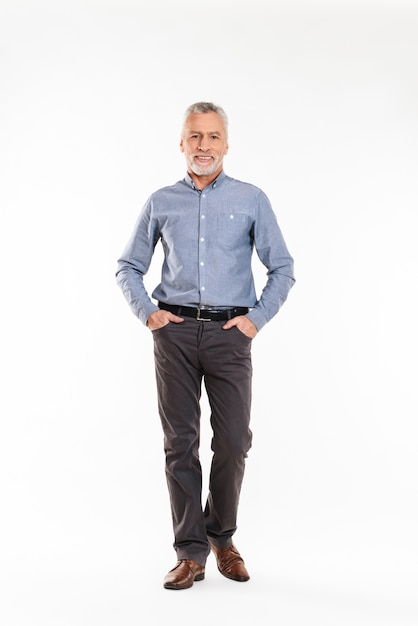 Positiver alter mann und lächeln über weiß Premium Fotos