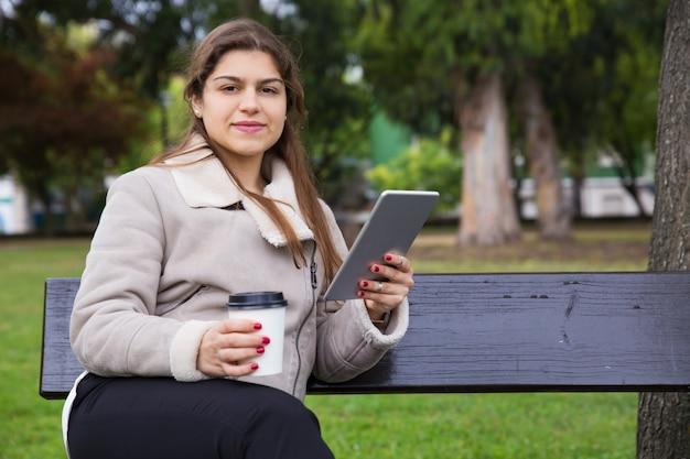 Positiver lateinamerikanischer student, der kaffeepause genießt Kostenlose Fotos