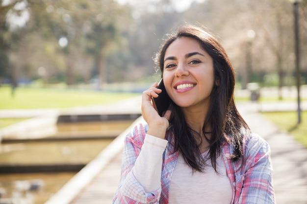 Positives lächelndes mädchen, das gute nachrichten erhält Kostenlose Fotos