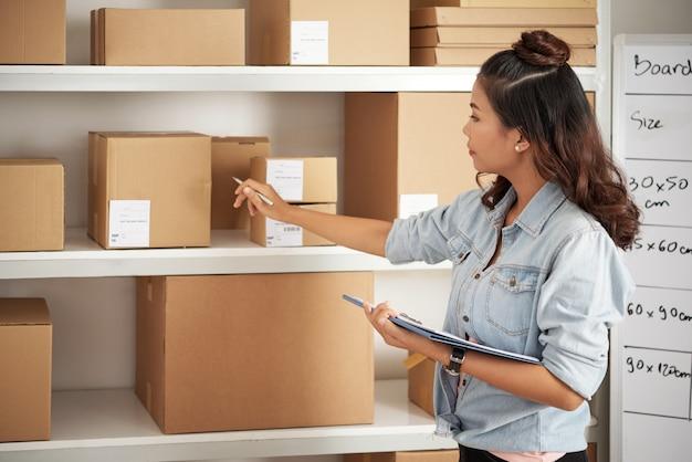 Postfrau, die mit paketen arbeitet Kostenlose Fotos