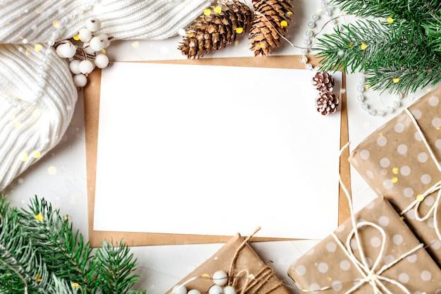 Postkarte und zweige eines weihnachtsbaumes Premium Fotos