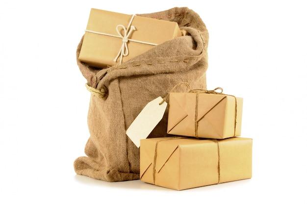 Postsack gefüllt mit packstücken aus braunem papier Kostenlose Fotos