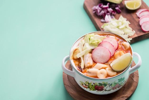 Pozole rot typisch mexikanisches essen Premium Fotos