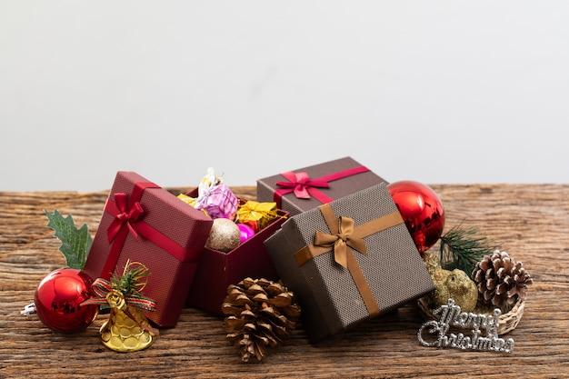 Präsentkarton mit farbband auf weißem hintergrund für besonderen anlass des weihnachtsgeburtstags Premium Fotos
