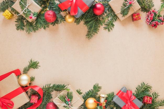 Präsentkartons auf weihnachtszweigen und bällen Kostenlose Fotos