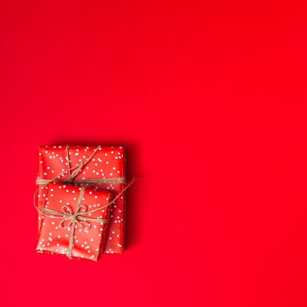 Präsentkartons in sweetie-papieren mit fäden Kostenlose Fotos