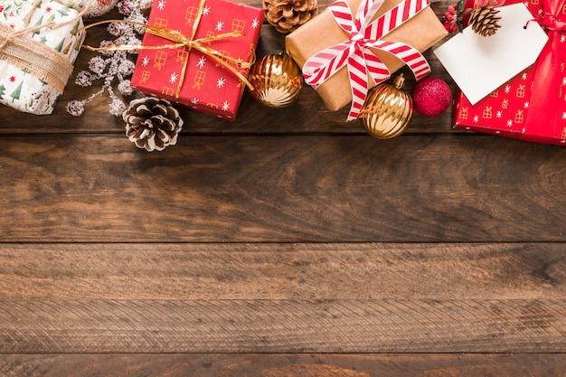 Präsentkartons in weihnachten verpackt mit bändern in der nähe von ornamentkugeln Kostenlose Fotos