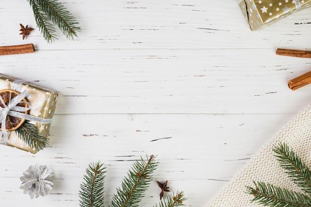 Präsentkartons in weihnachtsverpackung in der nähe von tannenzweigen Kostenlose Fotos