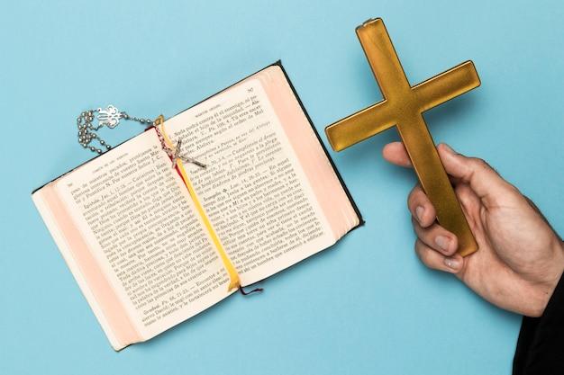 Priester, der heiliges buch betet und liest Kostenlose Fotos