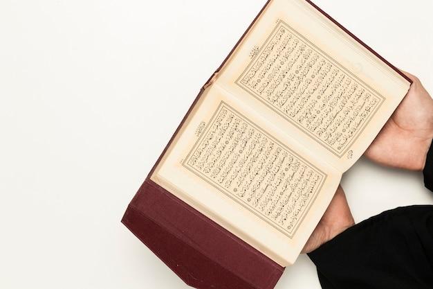 Priester des hohen winkels, der heilige schrift hält Kostenlose Fotos