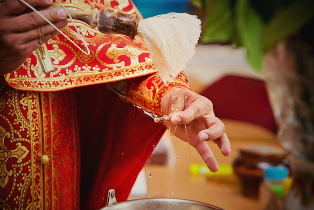 Priester während einer zeremonie Premium Fotos