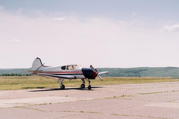 Privatflugzeuge im feld Kostenlose Fotos