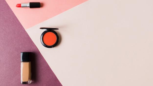 Produkte für make-up auf farbiger oberfläche Kostenlose Fotos